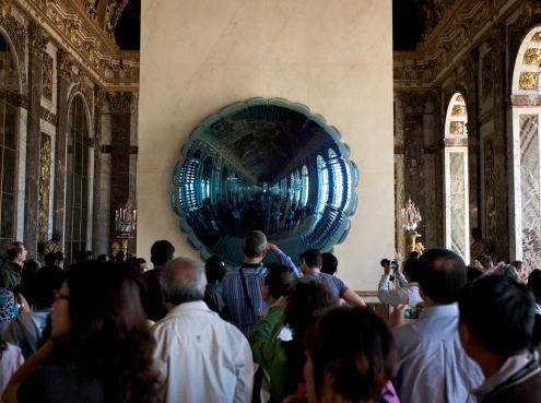 Le mur peint en marbre blanc au vernissage de l'exposition Jeff Koons à Versailles / France - Alain Grand Peintre décorateur