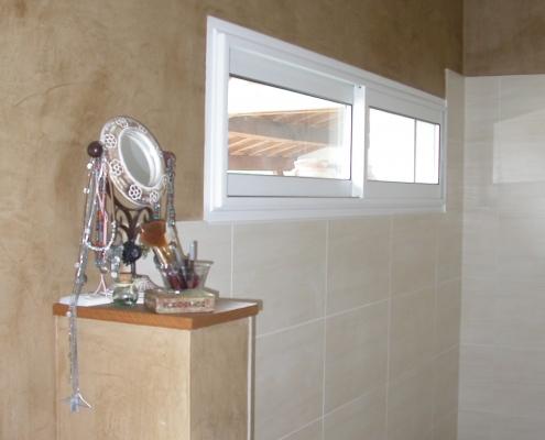 Réalisation d'un marmorino marron clair dans la salle de bains des parents / France - Alain Grand Peintre décorateur
