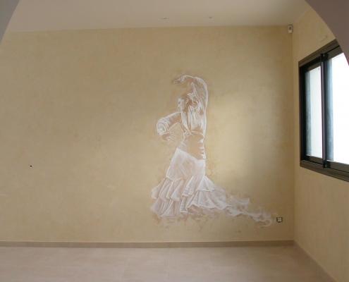 Mur en marmorino beige et danseuse flamenca peinte à l'acrylique en monochrome / France - Alain Grand Peintre décorateur