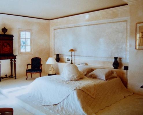 Chambre murs patinés et tête de lit en Stucco nacré avec filets dorés / France - Alain Grand Peintre décorateur