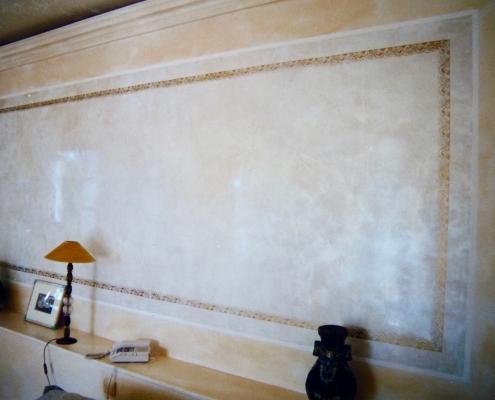 Détail tête de lit en stucco nacré avec filets dorés / France - Alain Grand Peintre décorateur